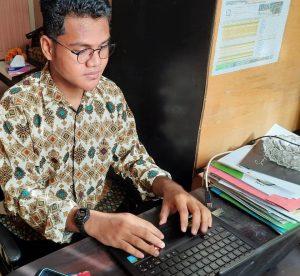 Zulkifli sedang menyiapkan makalah