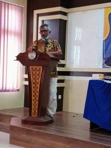 Fachmi Alhadar, Dekan FIB Unkhair saat menyampaikan sambutan pada acara yudisium