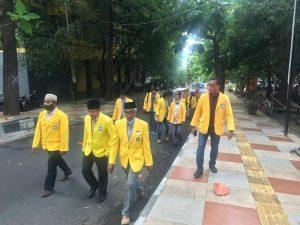 Rombongan FIB berjalan kaki menuju rektorat untuk mendaftarkan M. Ridha Ajam sebagai calon rektor