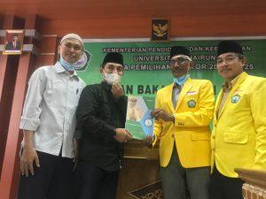 Dekan FIB, Fachmi Alhadar didamping Calon Rektor Unkhair, M. Ridha Ajam Menyerahkan Berkas Calon Rektor